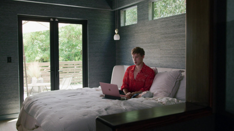Apple MacBook Rose Gold Laptop of Tommy Dorfman as Oscar in Love in the Time of Corona S01E01 (1)