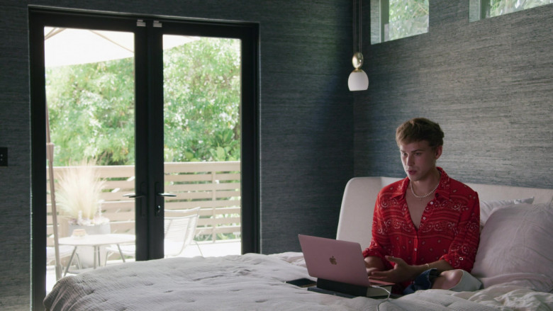 Apple MacBook Rose Gold Laptop of Tommy Dorfman as Oscar in Love in the Time of Corona S01E01 (2)