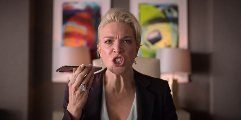 Apple iPhone Smartphone Used by Hannah Waddingham as Rebecca Welton in Ted Lasso S01E03 (1)
