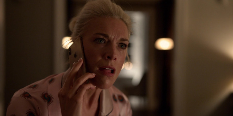 Apple iPhone Smartphone Used by Hannah Waddingham as Rebecca Welton in Ted Lasso S01E03 (2)