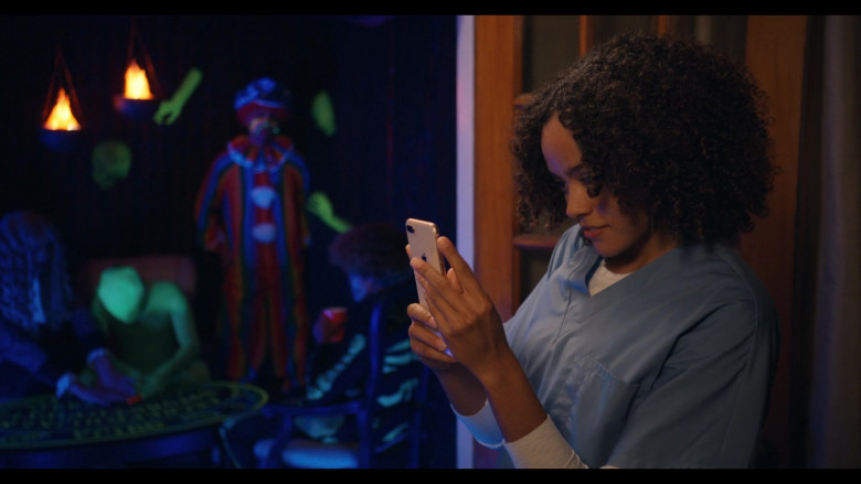 Apple iPhone Smartphone Used by Quintessa Swindell as Tabitha in Trinkets S02E04 (2)