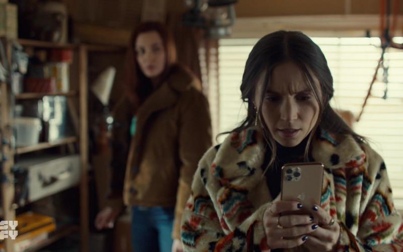 Apple iPhone Smartphone in Wynonna Earp S04E04
