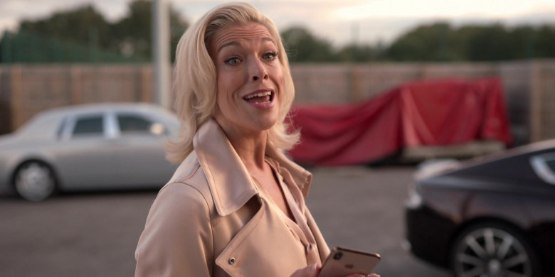 Apple iPhone Smartphone of Hannah Waddingham as Rebecca Welton in Ted Lasso S01E02 (1)