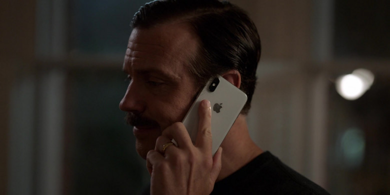 Apple iPhone Smartphone of Jason Sudeikis in Ted Lasso S01E01