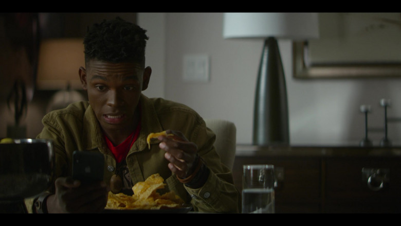 Apple iPhone Smartphone of Myles Evans as Miles Taylor in Teenage Bounty Hunters S01E08 (1)
