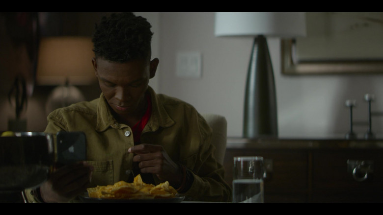 Apple iPhone Smartphone of Myles Evans as Miles Taylor in Teenage Bounty Hunters S01E08 (2)