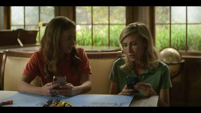 Apple iPhone Smartphone of Wynn Everett as Ellen Johnson in Teenage Bounty Hunters S01E09