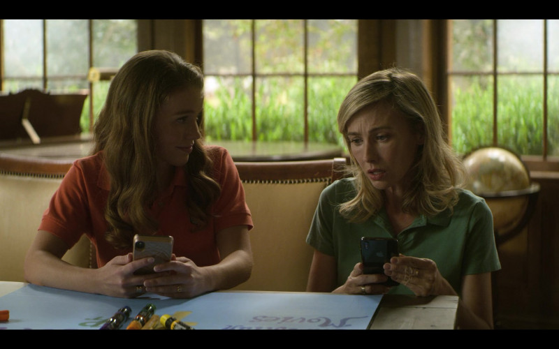 Apple iPhone Smartphone of Wynn Everett as Ellen Johnson in Teenage Bounty Hunters S01E09
