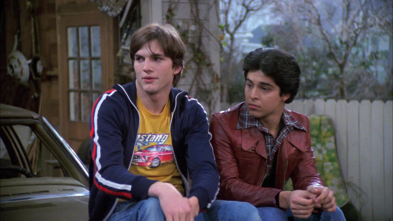 Ashton Kutcher as Michael Wears Ford Mustang Yellow T-Shirt Outfit in That '70s Show S05E17