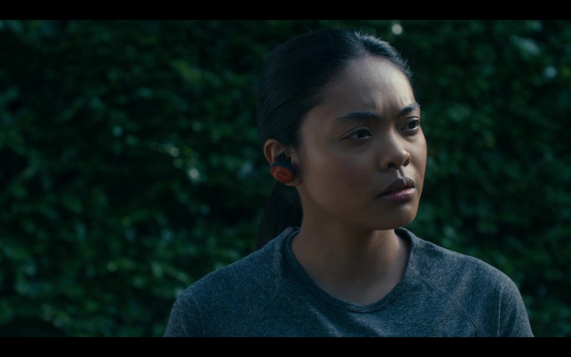 Bose Earbuds of Kim Adis as Kitty Wei in Get Even S01E05 (1)