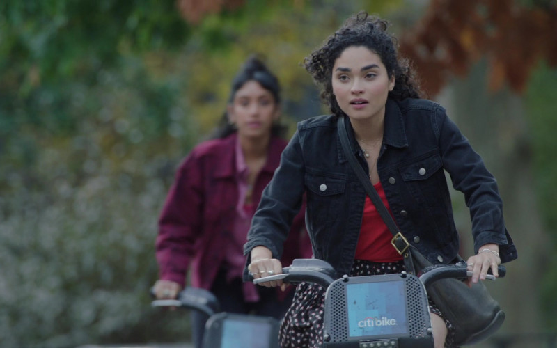 Citi Bike of Brittany O'Grady as Bess Alice King in Little Voice S01E09 (2)