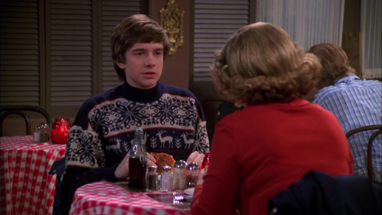 Coca-Cola Bottle of Topher Grace as Eric Forman in That '70s Show S02E18 (2)