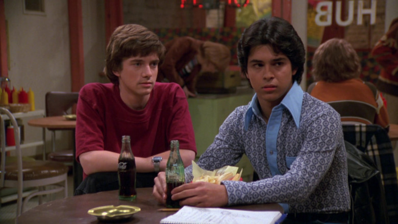 Coca-Cola Soda Enjoyed by Topher Grace & Wilmer Valderrama in That '70s Show S02E21 (1)