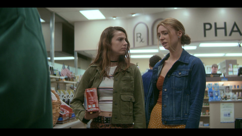 Conair Therma+Luxe Heating Pad Held by Anjelica Bette Fellini as Blair in Teenage Bounty Hunters S01E02 (2)
