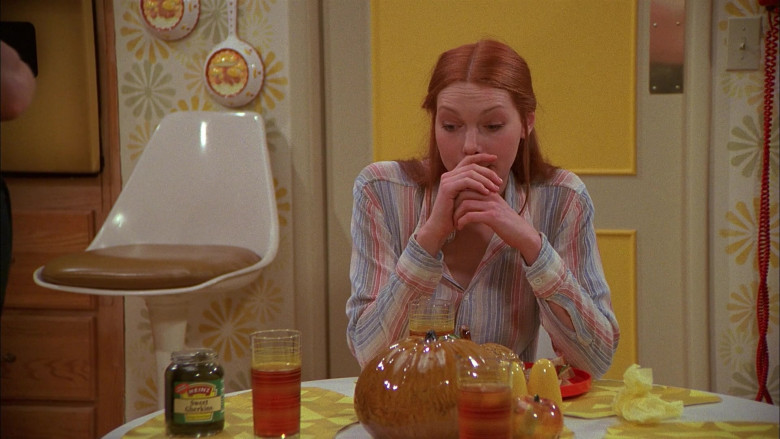 Heinz Sweet Gherkins Enjoyed by Laura Prepon as Donna Pinciotti in That '70s Show S01E04