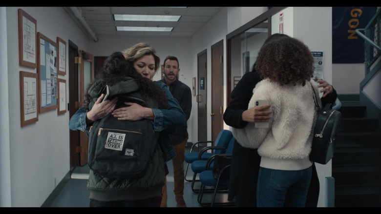 Herschel Backpack with 'A.I. is Taking Over' Patch of Kiana Madeira as Moe Truax in Trinkets S02E01 (1)