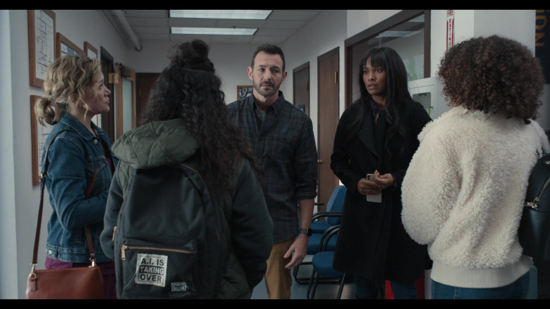 Herschel Backpack with 'A.I. is Taking Over' Patch of Kiana Madeira as Moe Truax in Trinkets S02E01 (2)