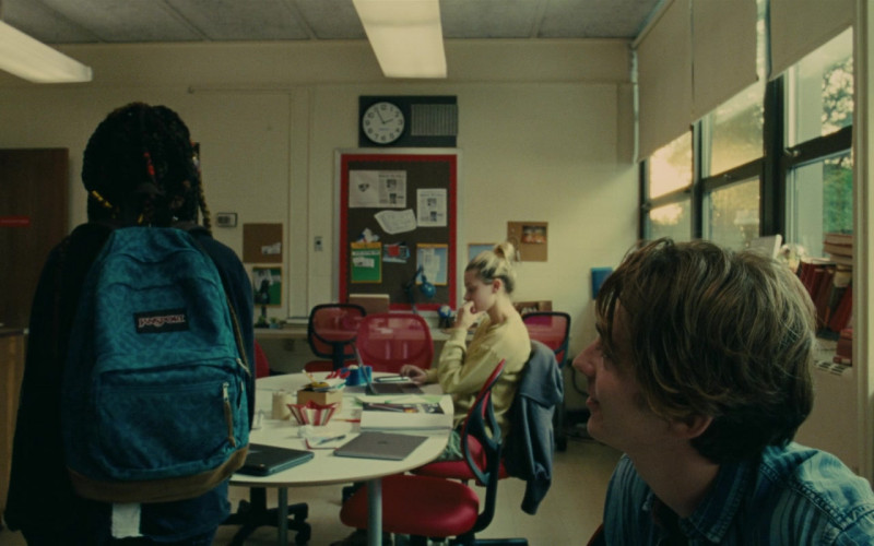 JanSport Backpack of Kara Young as La in Chemical Hearts (2020)