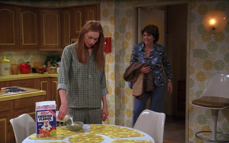 Laura Prepon as Donna Pinciotti Eating Kellogg's Frosted Flakes Cereal in That '70s Show (1)