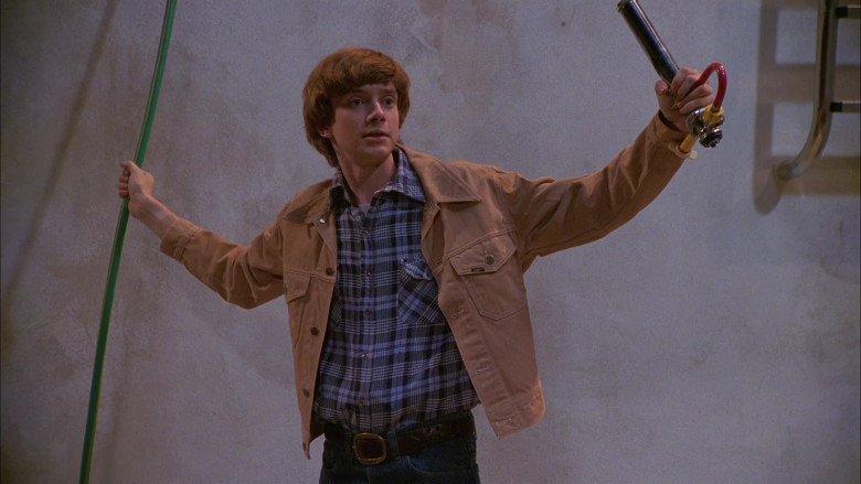 Lee Jacket, Plaid Shirt and Blue Jeans Outfit of Topher Grace as Eric Forman in That '70s Show S01E06 (1)