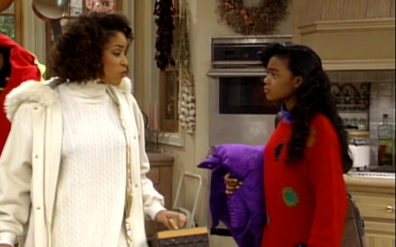 Louis Vuitton Bag of Karyn Parsons as Hilary Banks in The Fresh Prince of Bel-Air S02E13 (1)