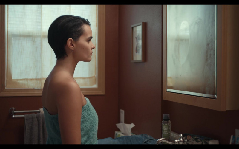 Love Beauty and Planet Hair Spray of Brianna Hildebrand as Elodie Davis in Trinkets S02E02 (1)