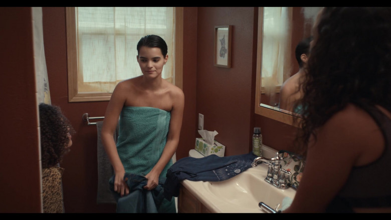 Love Beauty and Planet Hair Spray of Brianna Hildebrand as Elodie Davis in Trinkets S02E02 (2)
