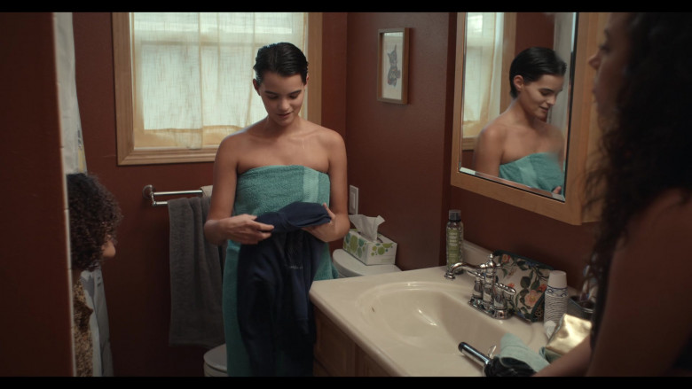 Love Beauty and Planet Hair Spray of Brianna Hildebrand as Elodie Davis in Trinkets S02E02 (3)