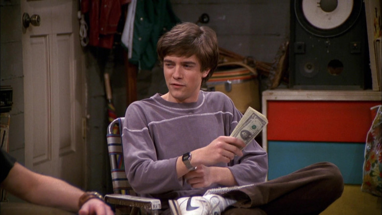 Nike Sneakers, Velvet Brown Pants and Purple Sweatshirt Outfit of Topher Grace as Eric in That '70s Show S03E21 (2)