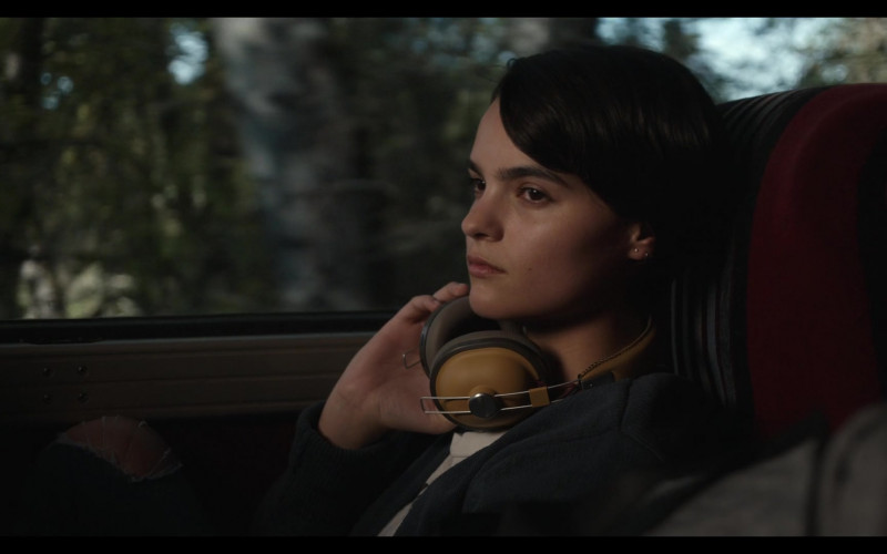 Panasonic Headphones of Brianna Hildebrand as Elodie Davis in Trinkets Season 2 TV Show by Netflix