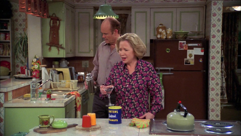 Planters Cocktail Peanuts in That '70s Show S08E15 (1)