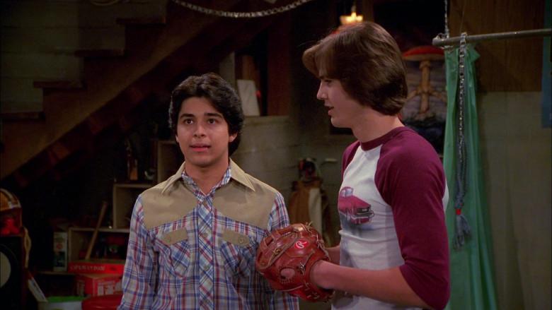 Rawlings Baseball Glove of Ashton Kutcher as Michael Kelso in That '70s Show S02E22 (3)