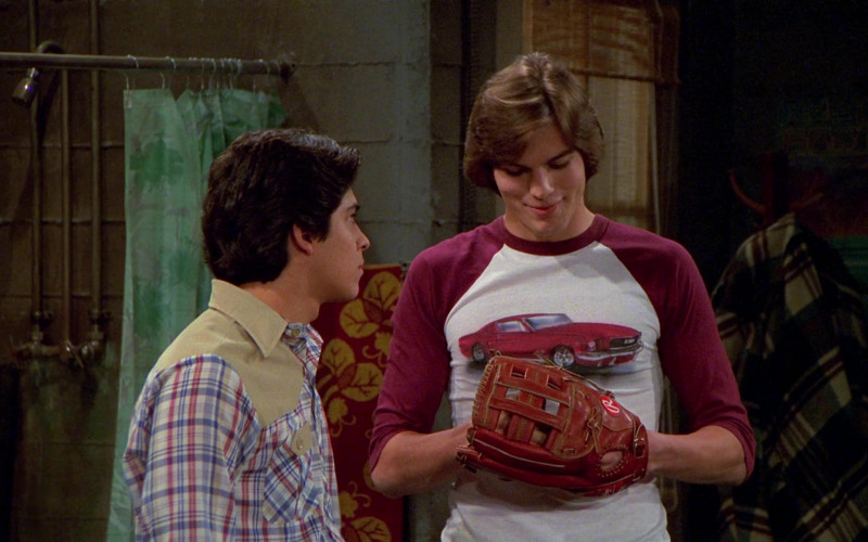 Rawlings Baseball Glove of Ashton Kutcher as Michael Kelso in That '70s Show S02E22 (4)