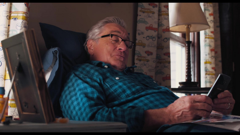 Robert De Niro as Ed Using Samsung Galaxy Android Smartphone in The War with Grandpa Movie (2)