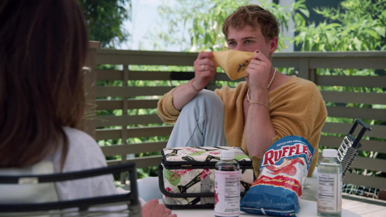 Ruffles Chips of Tommy Dorfman as Oscar in Love in the Time of Corona S01E01 (1)