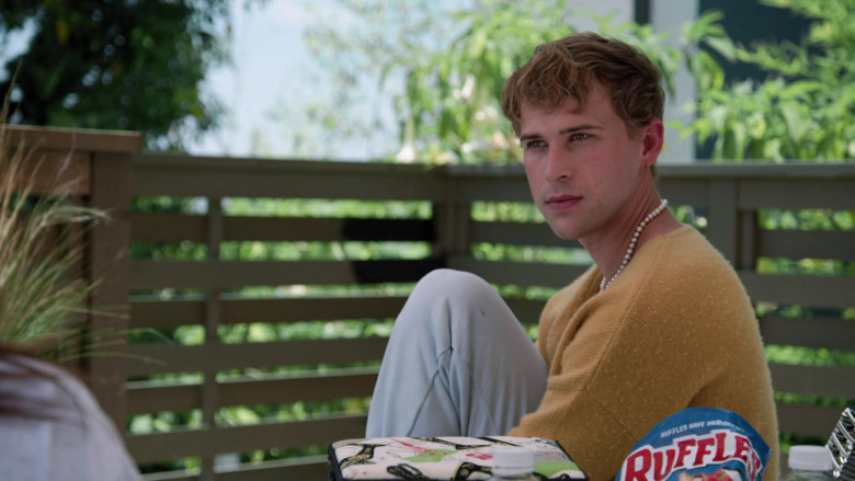 Ruffles Chips of Tommy Dorfman as Oscar in Love in the Time of Corona S01E01 (3)