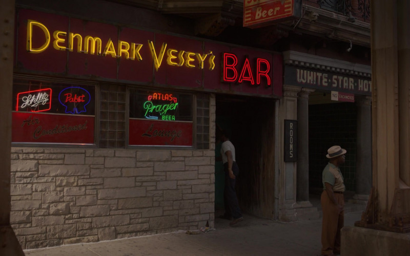 Schlitz and Pabst Beer Neon Signs in Lovecraft Country S01E01