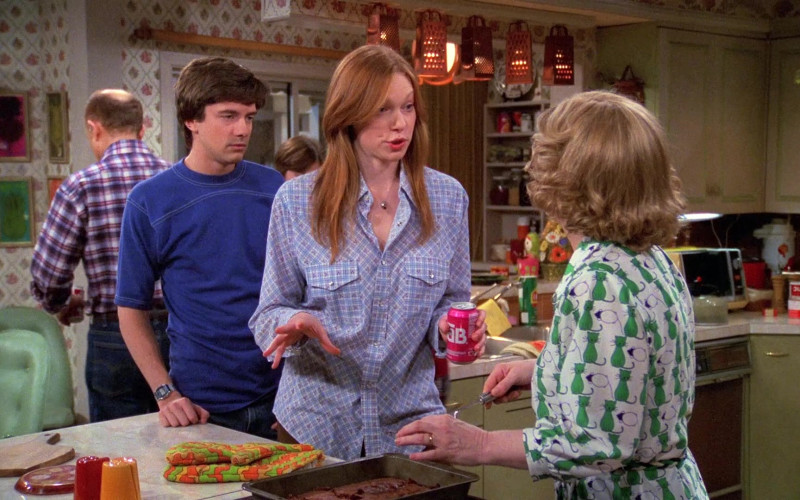 TAB Soda Can Held by Laura Prepon as Donna Pinciotti in That '70s Show (1)