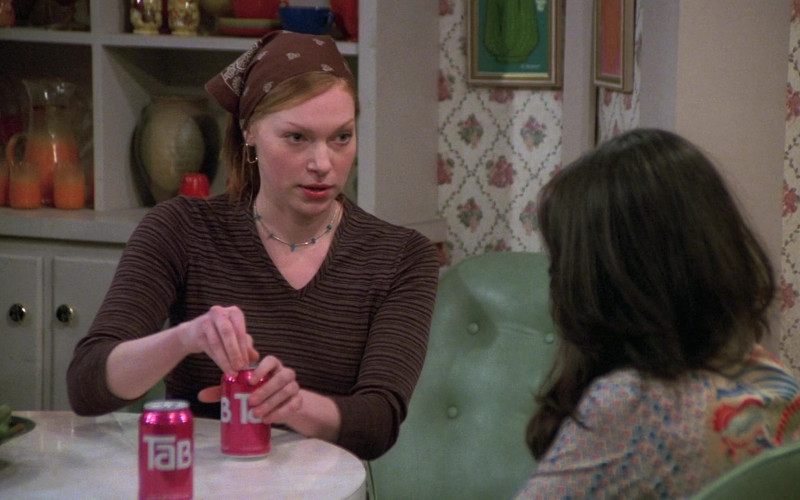 TAB Soda Enjoyed by Laura Prepon as Donna Pinciotti in That '70s Show S06E15 (1)