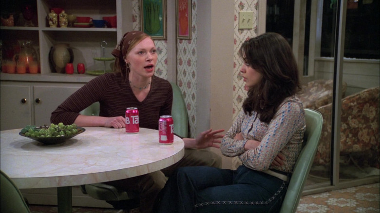 TAB Soda Enjoyed by Laura Prepon as Donna Pinciotti in That '70s Show S06E15 (2)
