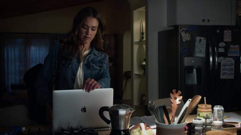 Apple MacBook Laptop Used by Jessica Alba as Nancy McKenna in L.A.'s Finest S02E03 (1)