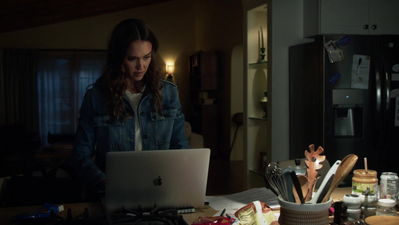 Apple MacBook Laptop Used by Jessica Alba as Nancy McKenna in L.A.'s Finest S02E03 (2)