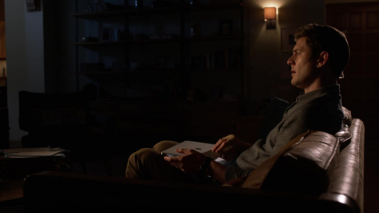 Apple MacBook Laptop of Ryan McPartlin as Dr. Patrick McKenna in L.A.'s Finest S02E11