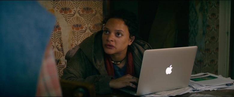 Apple MacBook Laptop of Sasha Lane as Jessica Hyde in Utopia S01E06 TV Series