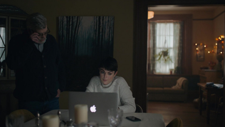 Apple MacBook Laptop of Serinda Swan as Jenny Cooper in Coroner S01E05 (2)