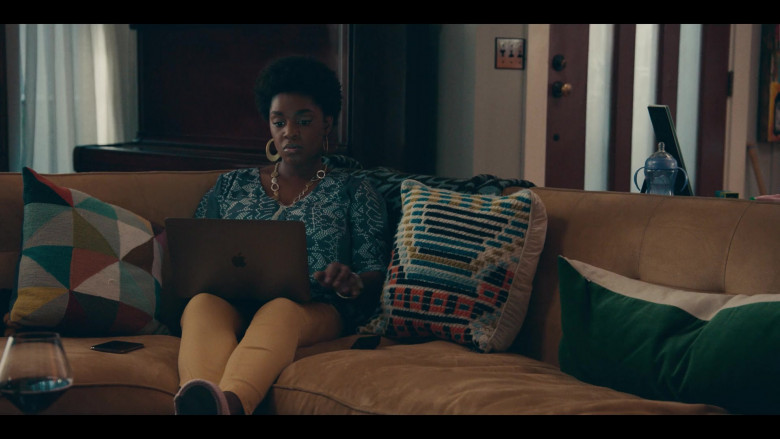 Apple MacBook Laptop of Yaani King Mondschein as Christine in Sneakerheads S01E04 (1)