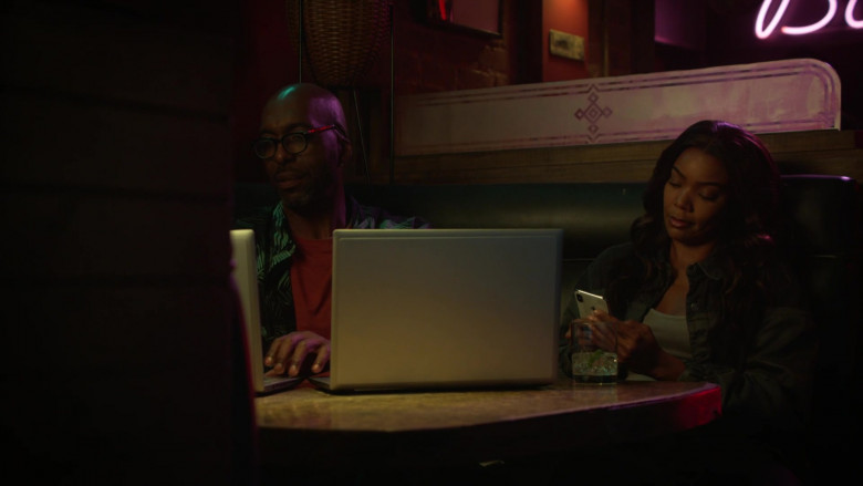 Apple iPhone Smartphone of Gabrielle Union as Sydney 'Syd' Burnett in L.A.'s Finest S02E01