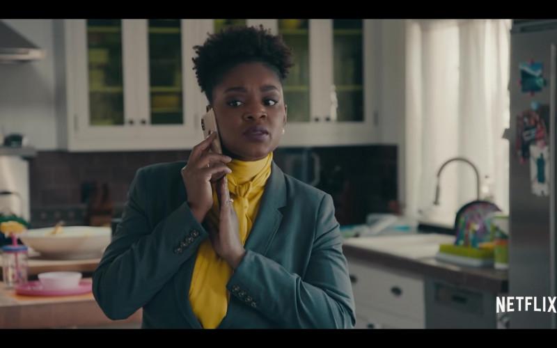 Apple iPhone Smartphone of Yaani King Mondschein as Christine in Sneakerheads Season 1 (2020)