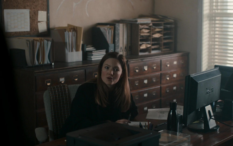 Asus Monitor of Actress Holliday Grainger as Robin Ellacott in Strike S04E04 TV Show