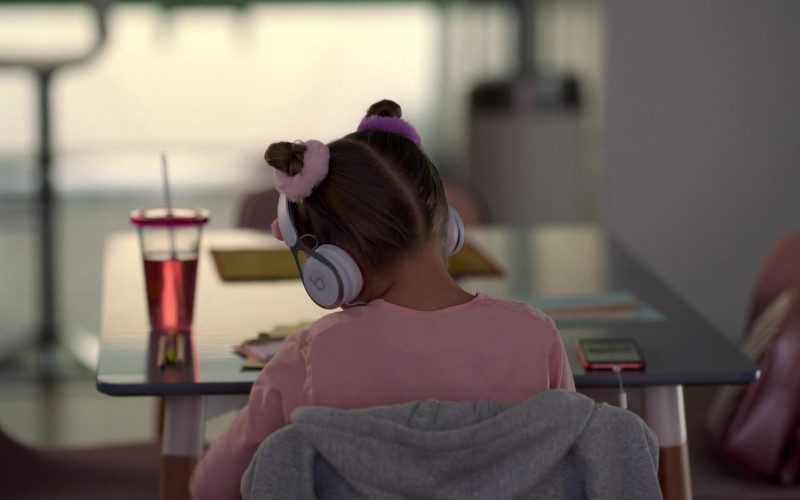 Beats White Headphones in Ted Lasso S01E09 All Apologies (2020)